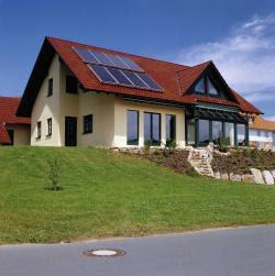 Schont die Umwelt und den Geldbeutel: Einfamilienhaus bestückt mit Kollektoren zur Warmwasserbereitung. Foto: BSW-Solar/Viessmann