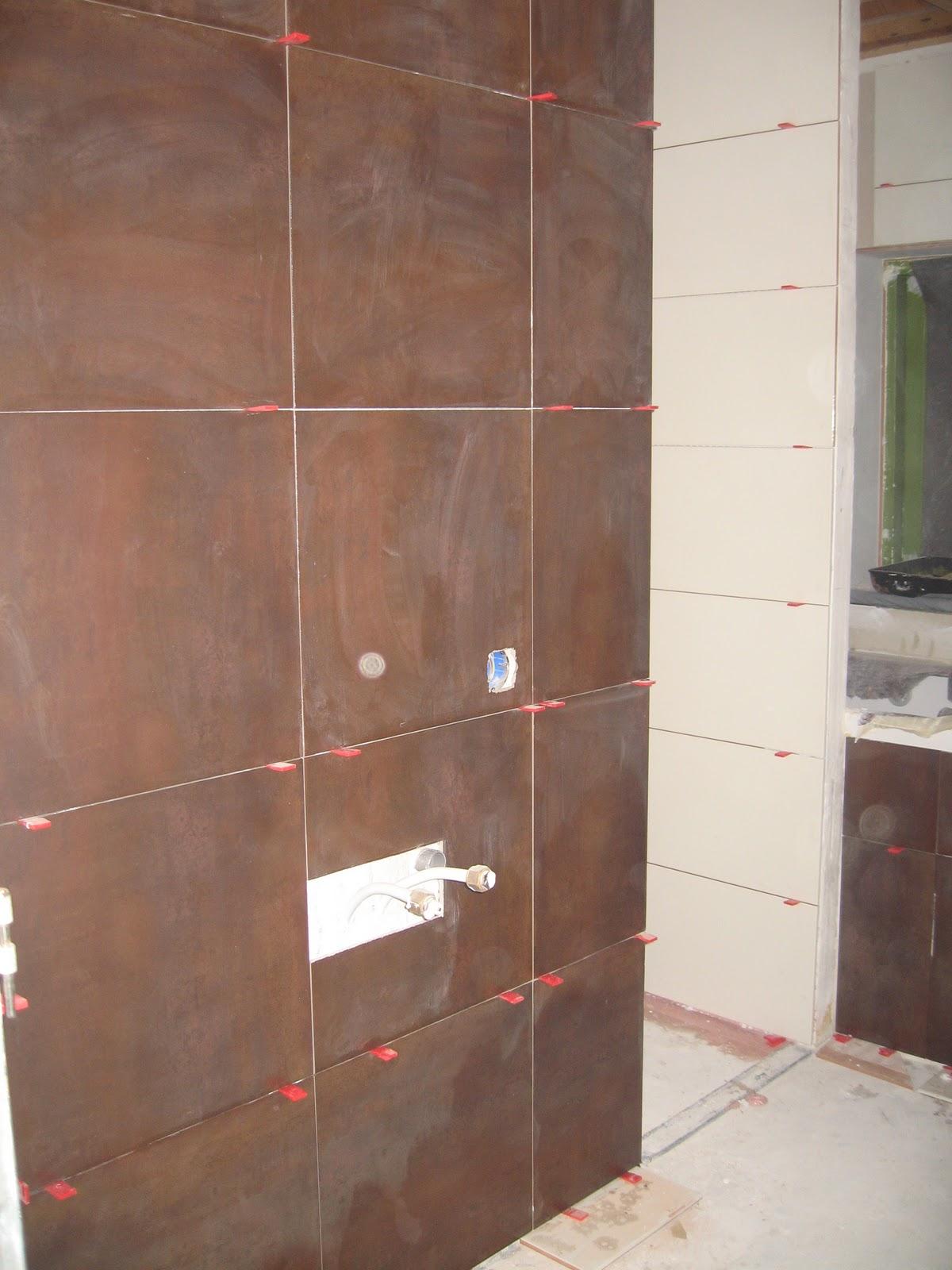 Verbouwing oterleek badkamer tegelen for Bruine tegels