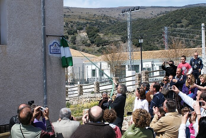 Ildefonso Falcones inaugurating his street in Juviles on the 3rd of April 2010 - photo: casa rural El Paraje