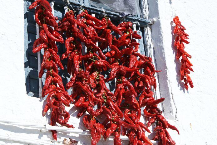 Strings of red peppers in Tímar - foto: casa rural El Paraje