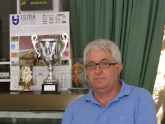 975. Eladio Mendiola Santos, posando junto a algunos de sus trofeos