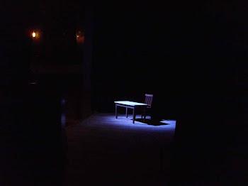 Comienzo de la obra: la mesa vacía