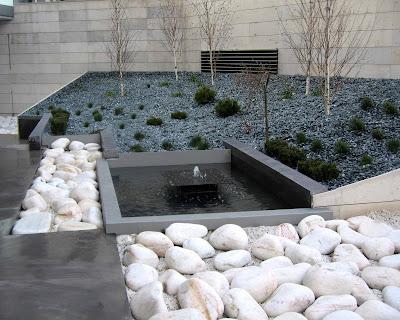 Liquidambar dise a el paisajismo de la nueva sede del for Precio de piedras para jardin