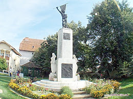 Spomenik kod crkve