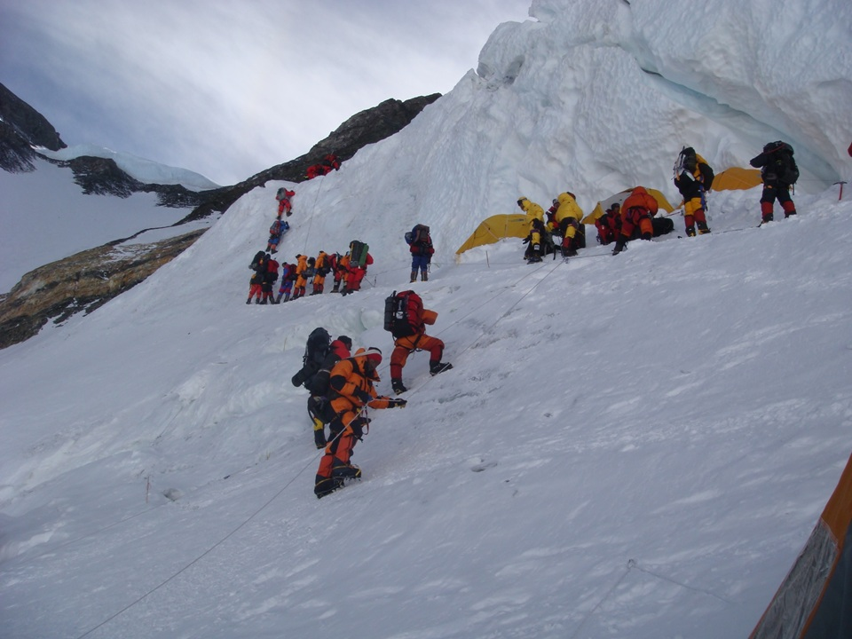a recount about the storm on the south col of mount everest in 1996 In the spring of 1996, makalu gau, 41, and chen yu nan, 36, were poised to make an attempt on the summit of mount everest by may 9, the pair had reached camp iii (24,000 feet) on everest's south col route.