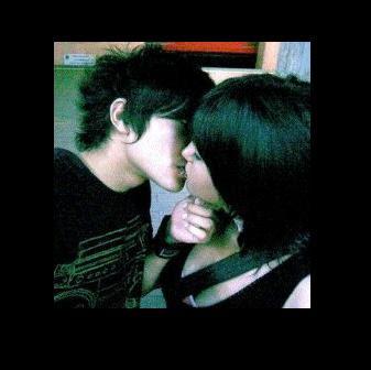 HOT EMO KISS