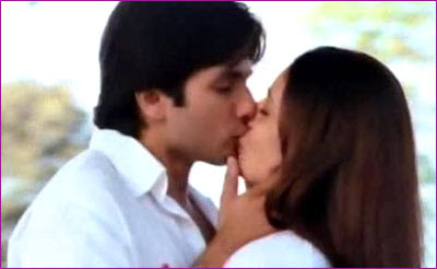 Shahid Kapur and Kareena Kapoor hot kiss