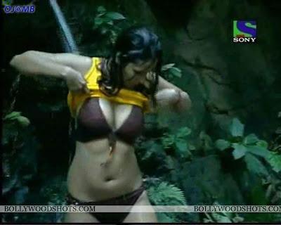 Kashmira Shah Hot Bathing Pics From Iss jungle se mujhe bachao