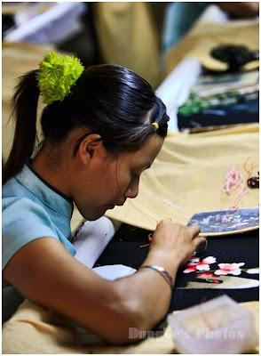 Thiếu nữ thêu tranh
