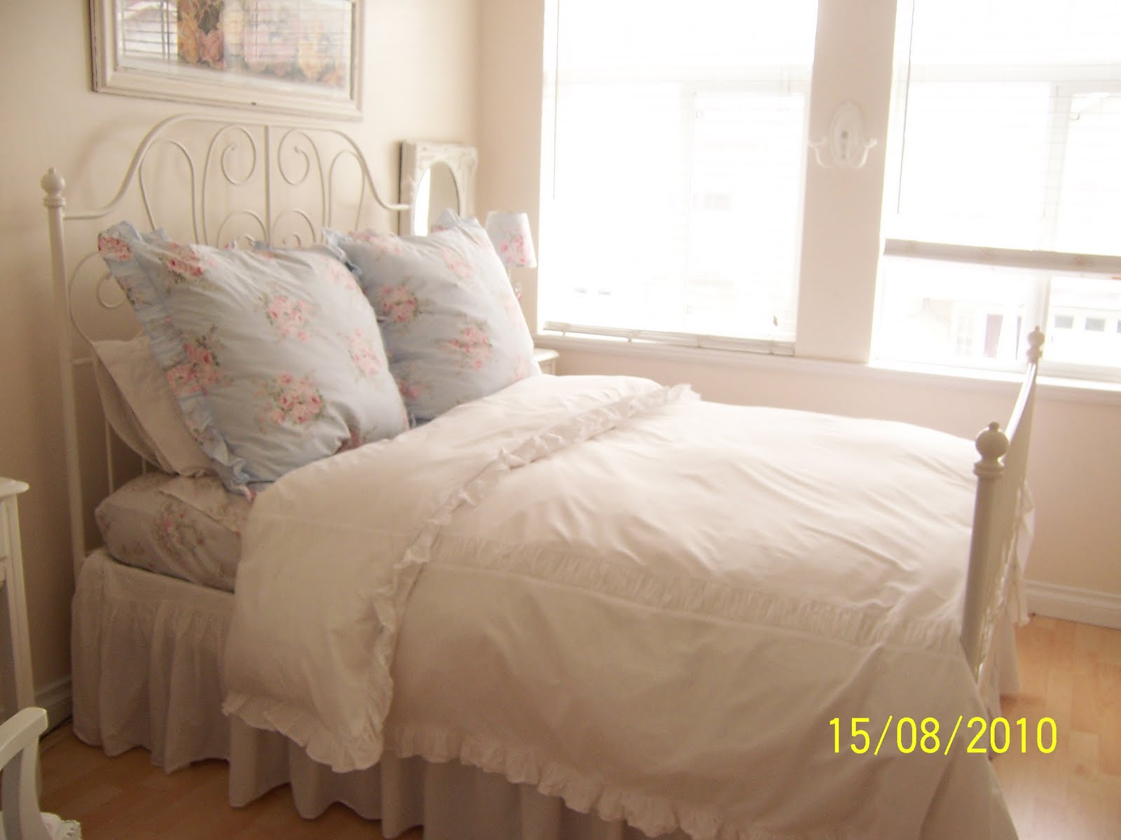 white cottage chic a shabby chic bed. Black Bedroom Furniture Sets. Home Design Ideas