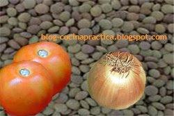 Lentejas, tomates y cebolla, ingredientes principales de esta receta de cocina fácil y económica.