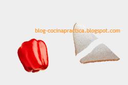 Pimiento morrón y pan lactal en triángulos, ingredientes de esta receta de fácil preparación para entradas.