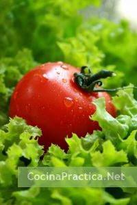 Hojas de lechuga y tomate, ingredientes principales de la receta de ensalada Mixta.