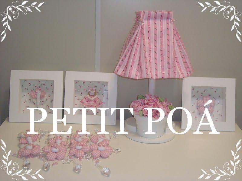 com pregas duplas e base de vaso de flores para quarto de bebê