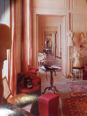 Cappelli, scarpe, borse e guanti sullo sfondo architettonico - decorativo del '700; pareti rosa cipria e parquet di Versailles originale! Un recupero eccezionale, fuori dei canoni, di grande sensibilità.