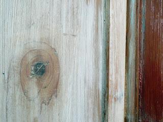 il nodo del legno, liscio e compatto, non è facile da coprire con la cera