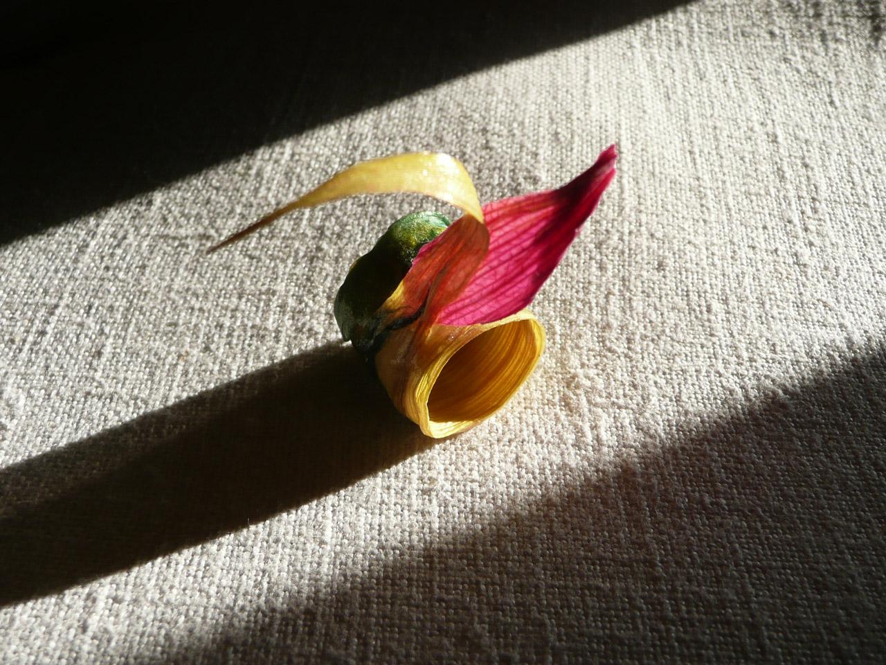 decomondo: Gioielli darte eco-friendly: ciondoli ed anelli Estate 2010