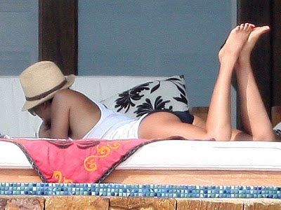 Jessica Alba Relaxing In Cabo