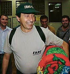 ... colombiano está preocupado com as ações do ex-padre Oliverio Medina  (C.T. - olha o celerado aí do lado com camisa e boné das FARC) que vive no  Brasil ... fbd2e387a33