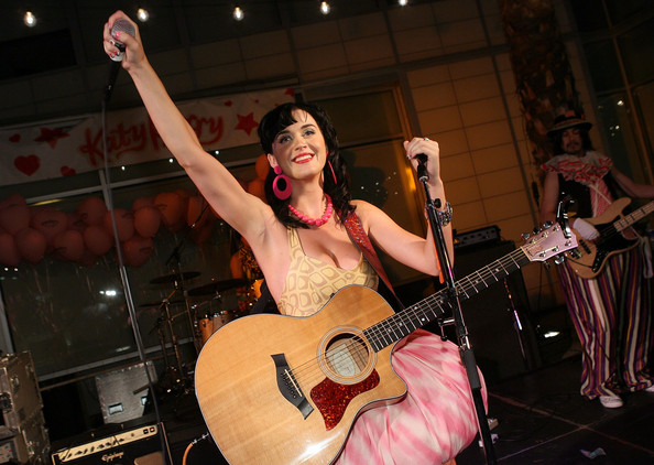 katy perry live picture with acoustic guitar