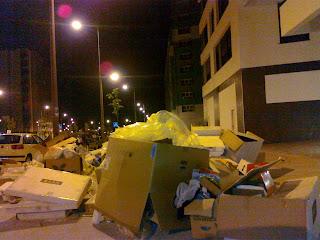 vista del montón de basura en acera