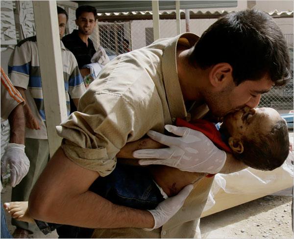 [Man+kisses+his+son+after+bombing+in+Baghdad+Market+June+2008.jpg]