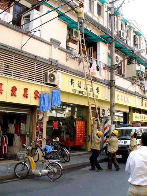 [Crazy_Chinese_Holding_Ladder.jpg]