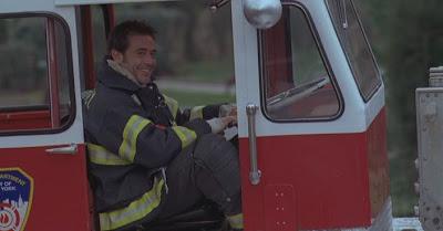 Пожарный. Играет актер Джеффри Дин Морган.