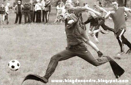 http://2.bp.blogspot.com/_X643PcxIPVk/S-mdsEw-v0I/AAAAAAAAnEo/ILRsWhKqLcg/s1600/Futebol+Submarino.bmp