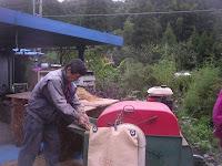 脱穀⑦袋に入った籾はご近所の農家・山田さんで籾摺り(玄米にする)。