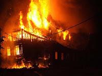 http://2.bp.blogspot.com/_X7GMCO-Ypc4/TQGVCHuCa4I/AAAAAAAADac/iHA4o-fSJVQ/s1600/istana-pagaruyung-istano-saat-kebakaran.jpg