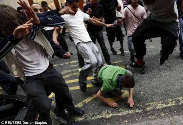 La population de Birmingham reçoit les fachos de l'EDL à sa manière