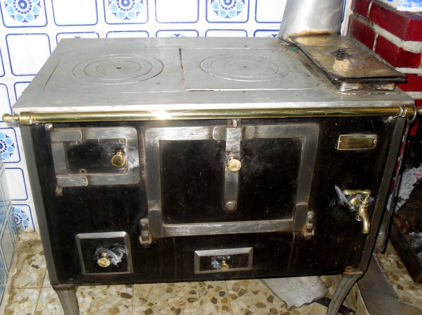 La cocina plural la cocina o cocinilla econ mica for Cocinas de hierro antiguas