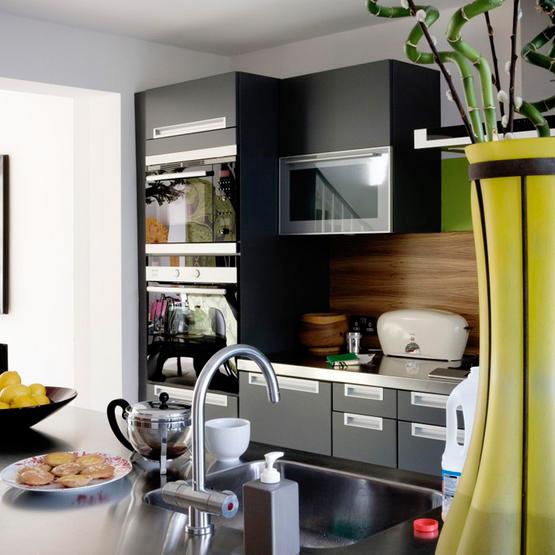 O nosso primeiro ap A cozinha (PRETA!) # Cozinha Pequena Com Geladeira Preta