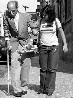 Altruismo joven ayuda anciano