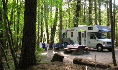 Camping i autocamper motorhome i Alice Lake Provincial Park, British Columbia, Canada