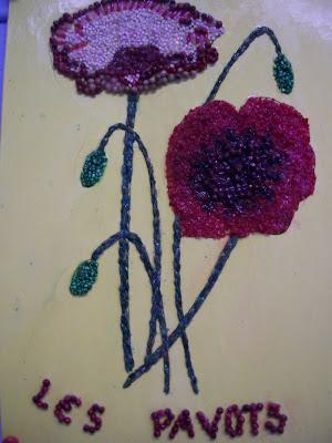 Travail d'enfant à l'école : fleurs en perles