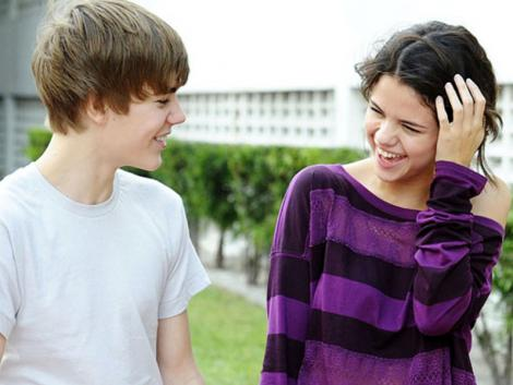 selena gomez and justin bieber on the beach. JUSTIN BIEBER AND SELENA GOMEZ