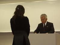 瀬戸市長より卒塾証をいただく