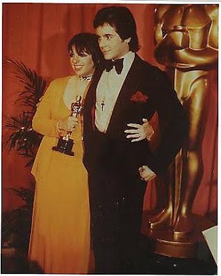 http://2.bp.blogspot.com/_XeWEPV5kBvQ/SslI5yNvIyI/AAAAAAAAFHU/bZI6c67nr1I/s400/Liza+Minnelli+and+Desi+Arnaz+Jr.+Oscar+Night+1973.bmp
