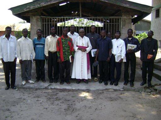 Photo souvenir des Etudiants avec Mgr LESAMBO, Doyen du Corps professoral