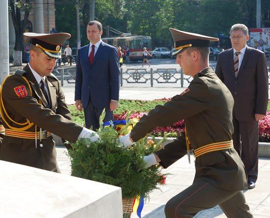 Президент РМ Михаил Гимпу и Премьер-министр Влад Филат возлагают цветы к памятнику Штефана Чел Маре
