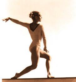Bailarina parada sobre una base.