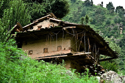 Posted by Ripple (VJ) : Broken Mud house near Jaon village @ Shrikhand Mahadev