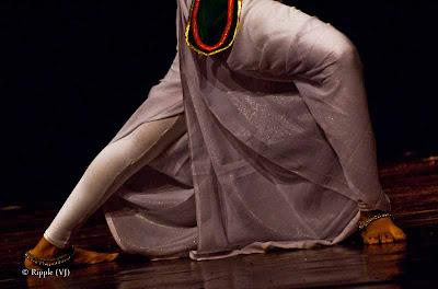 Posted by Ripple (VJ) : Dance Performance by Sri lankan folk dancers @ Kamani, Delhi : Happy Feet