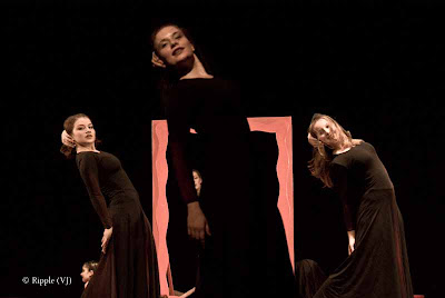 Posted by Ripple (VJ) : Performance by Leipziger Tanztheater @ Kamani, Delhi : The use of black and red as the only colors apart from human skin was ingenious.