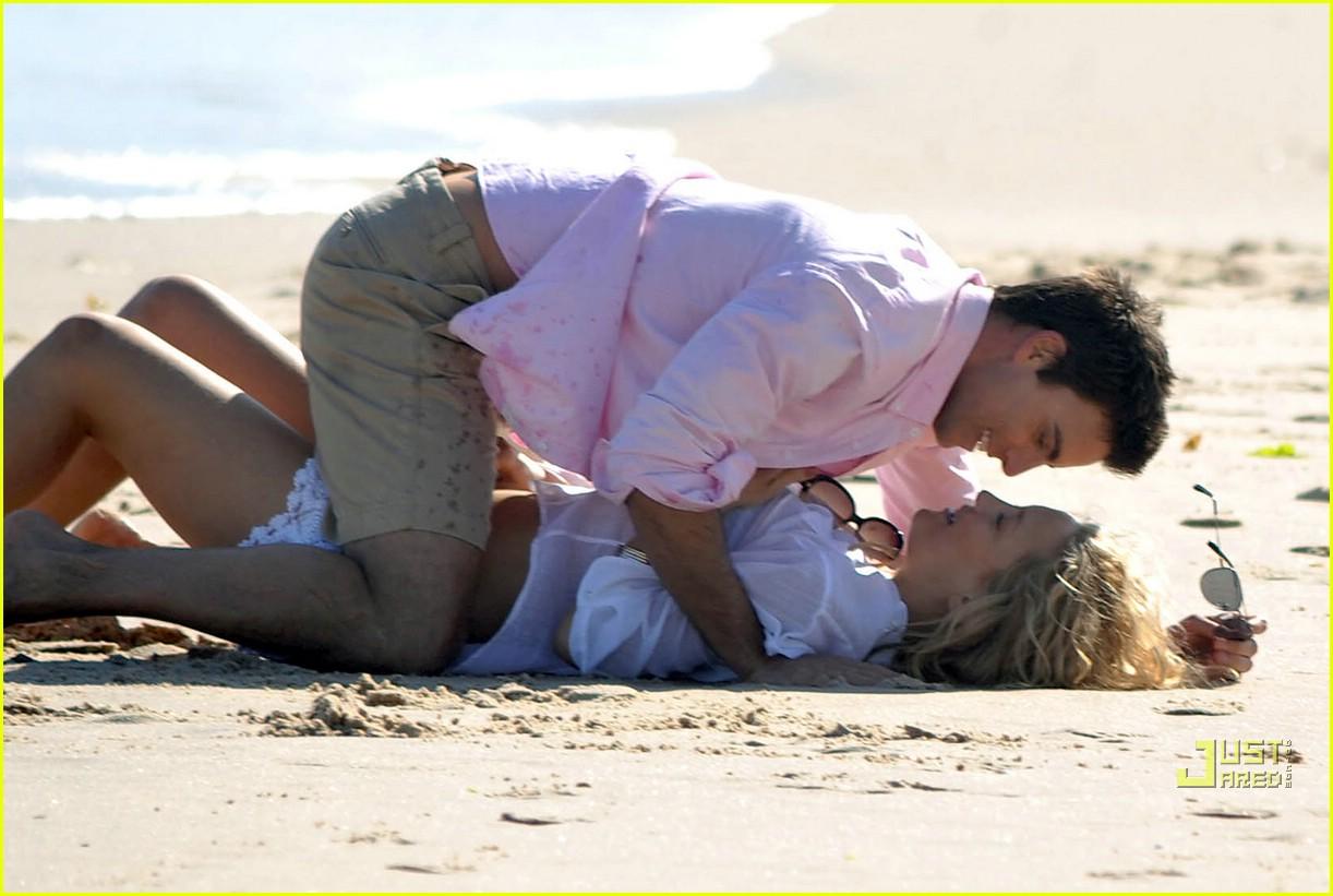 http://2.bp.blogspot.com/_XwrTmjfLgEI/TA8eirLqRsI/AAAAAAAAEUI/jy5qKPQP97U/s1600/kate-hudson-kate-egglesfield-beach-bodies-01.jpg