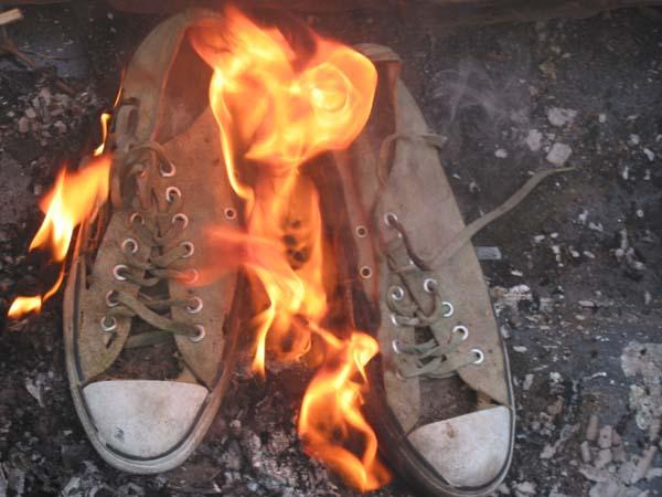 http://2.bp.blogspot.com/_Xx5AFzyJoM8/R1TtfRie3UI/AAAAAAAAAAg/lApNYaYTIJg/s1600-R/shoe%2Bburn.jpg