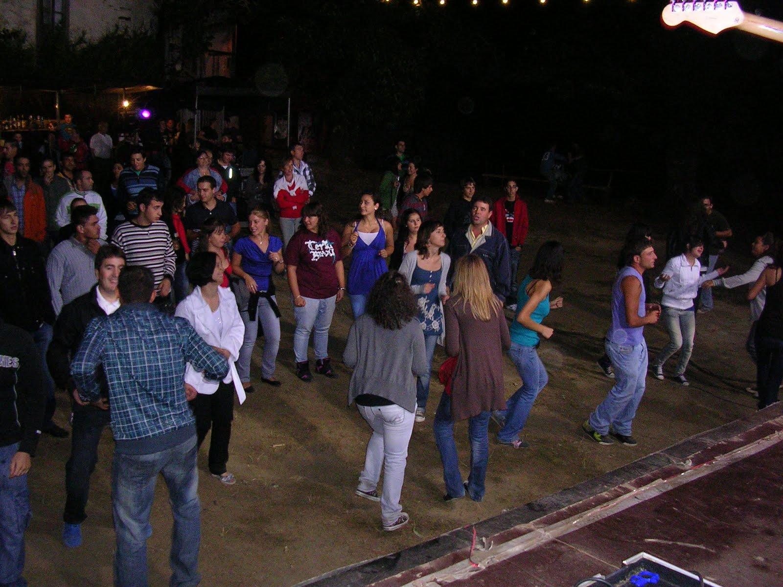 esta noche chinesse bailando cerca de La Coruña