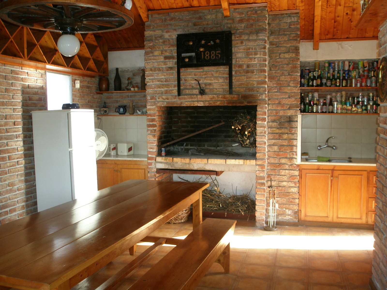 Sala De Estar Con Quincho ~ Barbacoa con sala de estar y baño impecable